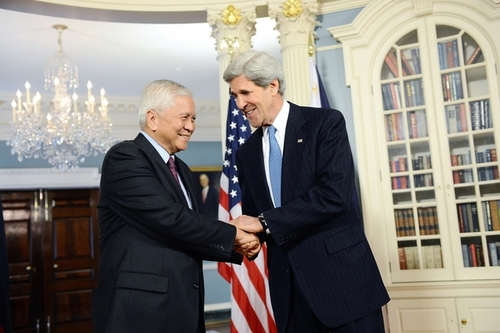 Former Philippine Foreign Secretary Albert del Rosario and US Secretary of State John Kerry. (Photo courtesy of The Embassy of the United States of America to the Philippines)