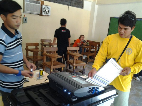 A man casts his vote with the VCM in mock elections conducted by Comelec.  (Photo from Comelec's official  Twitter acconut)