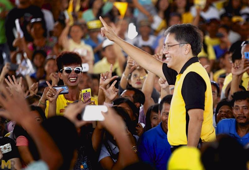 The LP standard bearer appealed to vote for Roxas-Robredo tandem for a progressive Philippines. (Photo: Mar Roxas/Facebook)