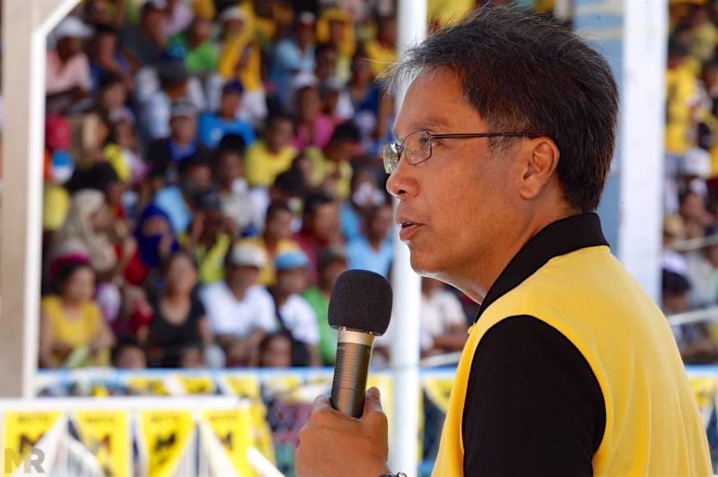 """""""Mayor Digong, liwanagin mo para sa taong bayan kung ang kamay mo ay mas malinis kaysa iyong bibig."""" - Presidential candidate Mar Roxas (Facebook photo)"""
