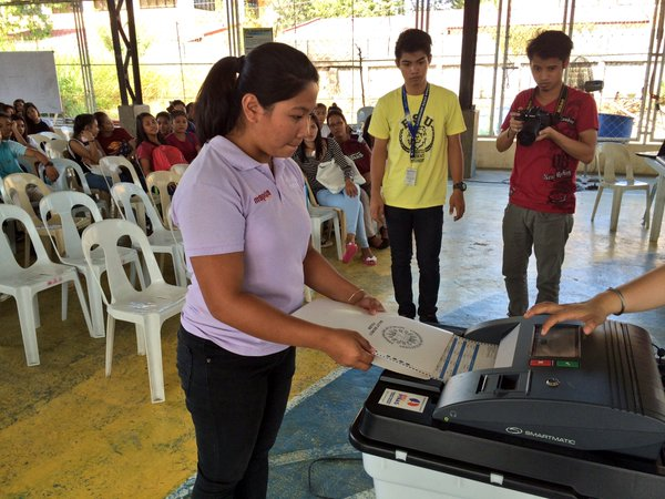 A woman casts her votes during the Voter Education for the students of Pangasinan State University. (Photo from Comelec's official Twitter account)