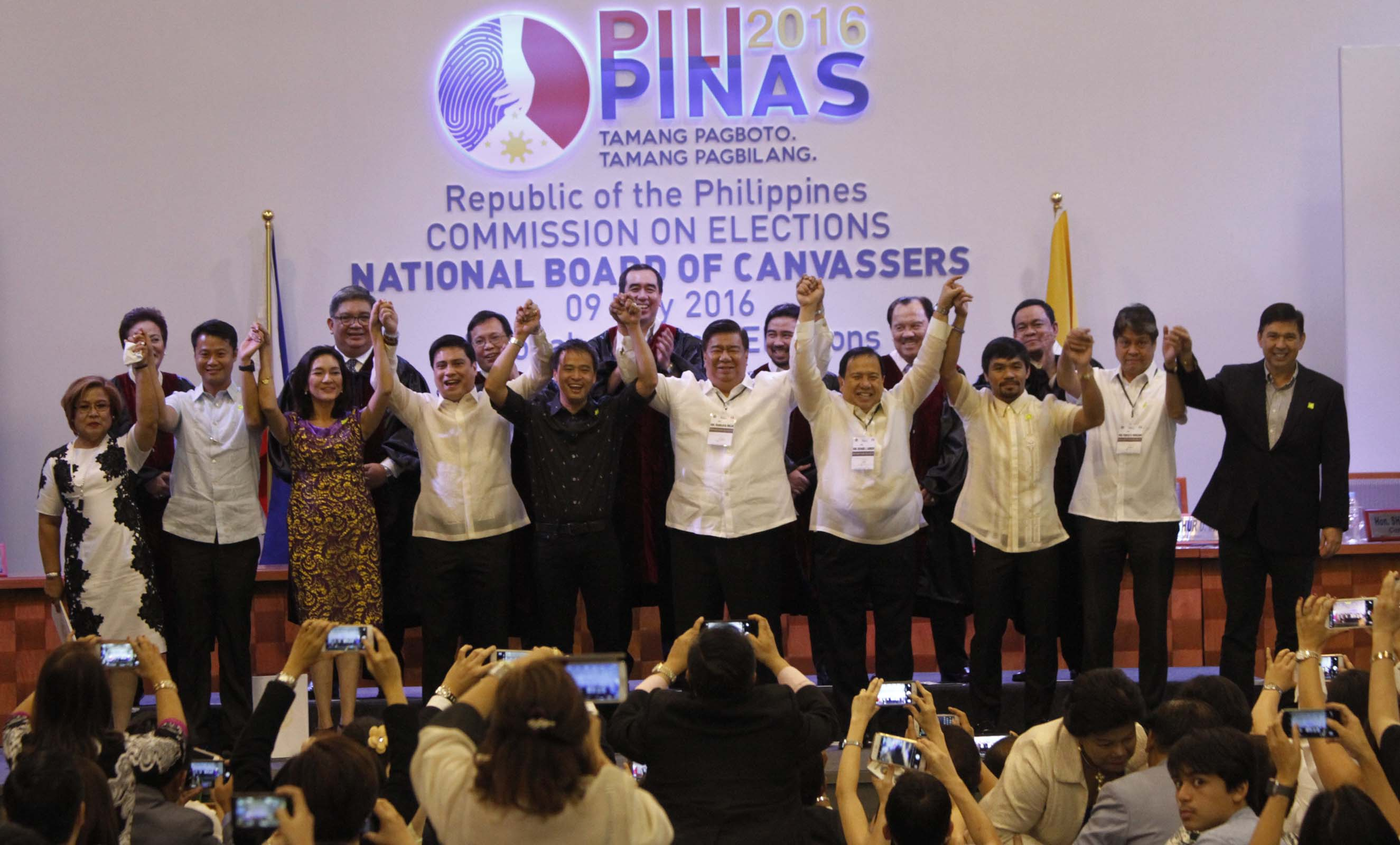 (From left) Newly elected Senators Leila de Lima, Sherwin Gatchalian, Risa Hontiveros, Migz Zubiri, Joel Villanueva, Franklin Drilon, Richard Gordon, Manny Pacquiao, Francis Pangilinan and Ralph Recto. Senators Tito Sotto and Panfilo Lacson are not in the photo. Also shown in the photo are: Commission on Elections (Comelec) officials headed by Chairman Andres Bautista during the proclamation on Thursday (May 19, 2016) at the PICC in Pasay City. (PNA photo by Avito C. Dalan)