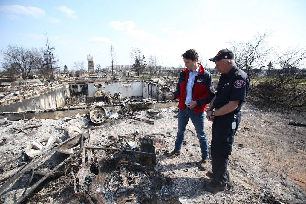 Prime Minister Justin Trudeau and fire chief Darby Allen survey the damage in Fort McMurray. (Photo: Justin Trudeau/Facebook)