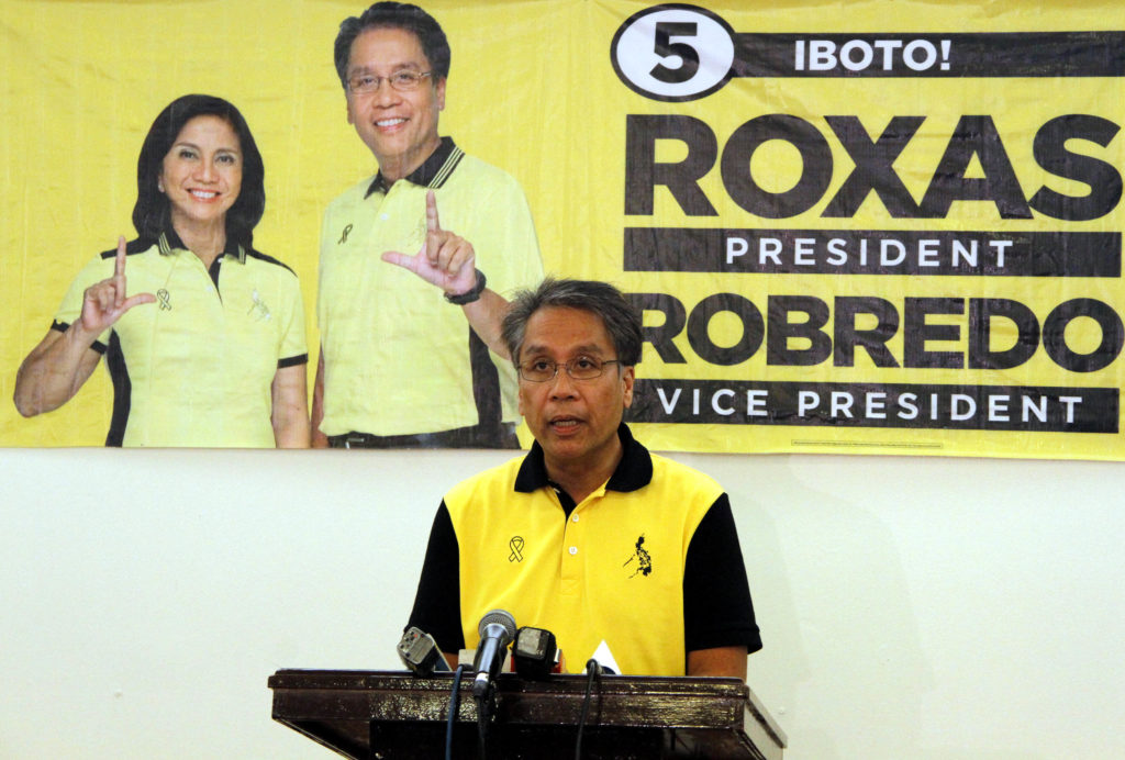 """Liberal Party presidential candidate Manuel """"Mar"""" Roxas II called on presidential rival Senator Grace Poe to talk """"for the unity of our country"""" when he delivered a statement on Friday (May 06, 2016) at the Liberal Party headquarters in Cubao, Quezon City. In the latest SWS survey, Poe and Roxas garnered 22 and 20 percent, respectively, behind frontrunner Davao City mayor Rodrigo Duterte who got 33 percent. (PNA photo by Jess M. Escaros Jr.)"""