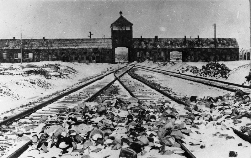 Entrance to Auschwitz-Birkenau, 1945. (Photo: Bundesarchiv, B 285 Bild-04413 / Stanislaw Mucha / CC-BY-SA 3.0)