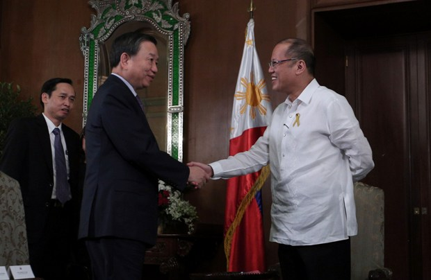 President Benigno S. Aquino III welcomes Vietnam Ministry of Public Security (MPS) Minister Sr. Lt. Gen. To Lam during the courtesy call at the Music Room of the Malacañan Palace on Wednesday (June 08, 2016). (Photo by Joseph Vidal/ Malacañang Photo Bureau)