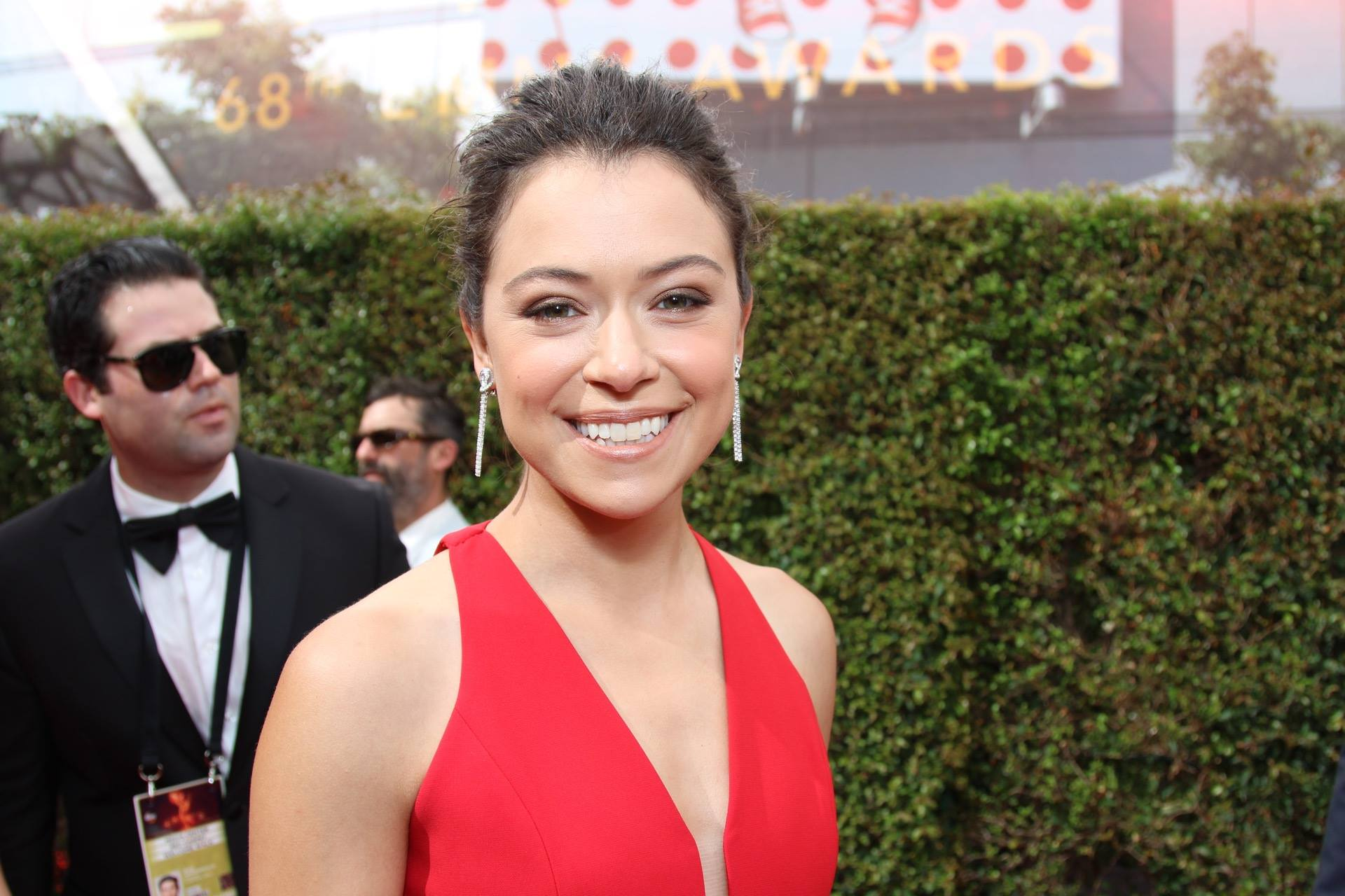 Tatiana Maslany walks the Emmy's red carpet (Photo: Emmy/Facebook)