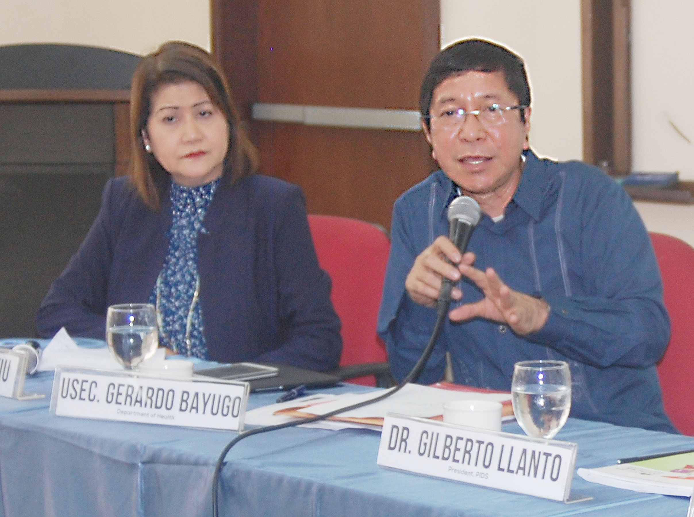 Dr. Gerardo V. Bayugo (right), Department of Health (DOH) Undersecretary for Technical Services, at a press conference held at the Philippine Information Agency (PIA) Conference Room, Visayas Avenue, Quezon on Monday (Sept. 5, 2016). Beside him is PIA Director Olive Tiu. (Photo: Johnny Guevarra/PNA)