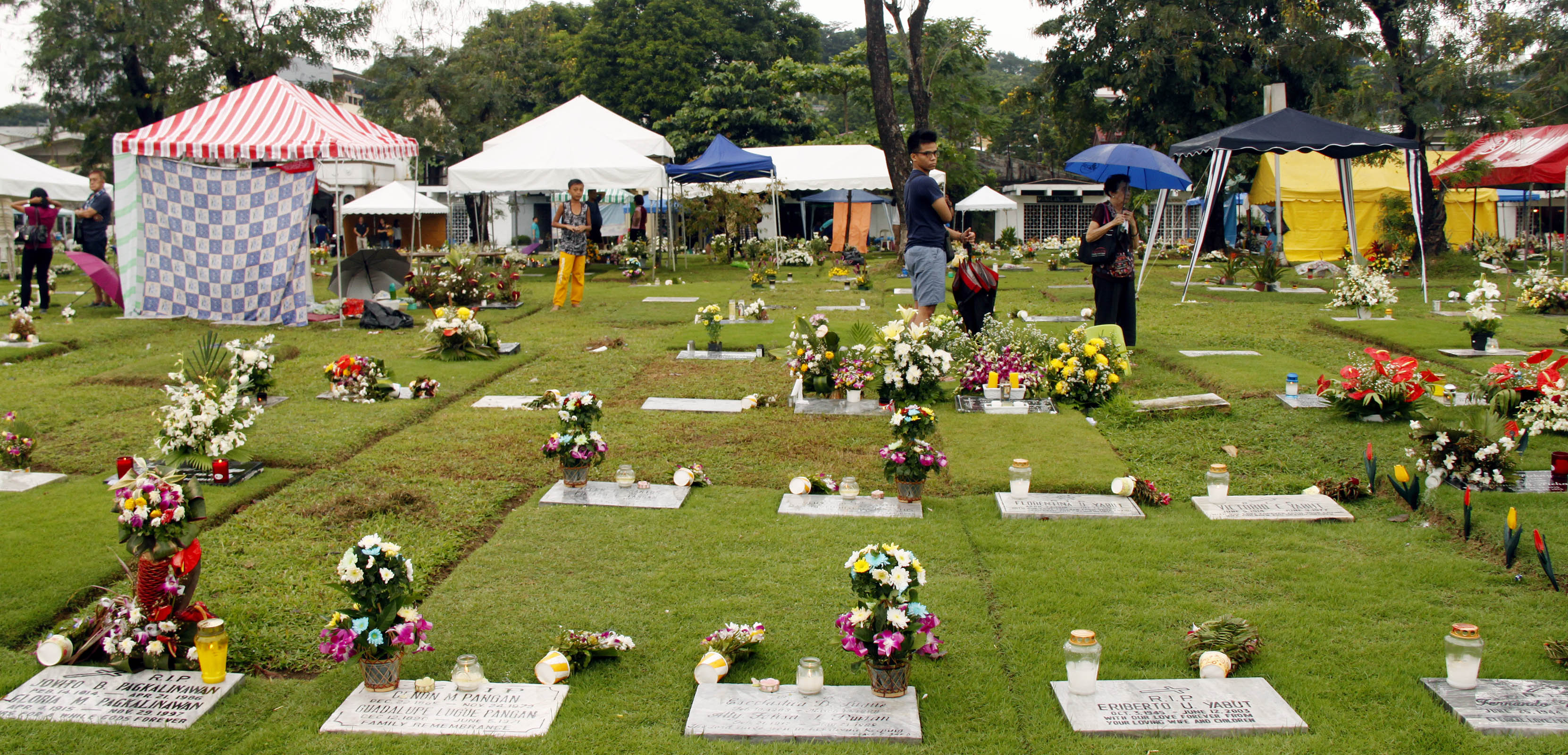 FILE: Around 2,886 personnel consisting of traffic enforcers and augmentation teams will be deployed to conduct clean up operations in various public and private cemeteries in Metro Manila, according to MMDA Chairman Danilo Lim. (Photo: Joey Razon/PNA)