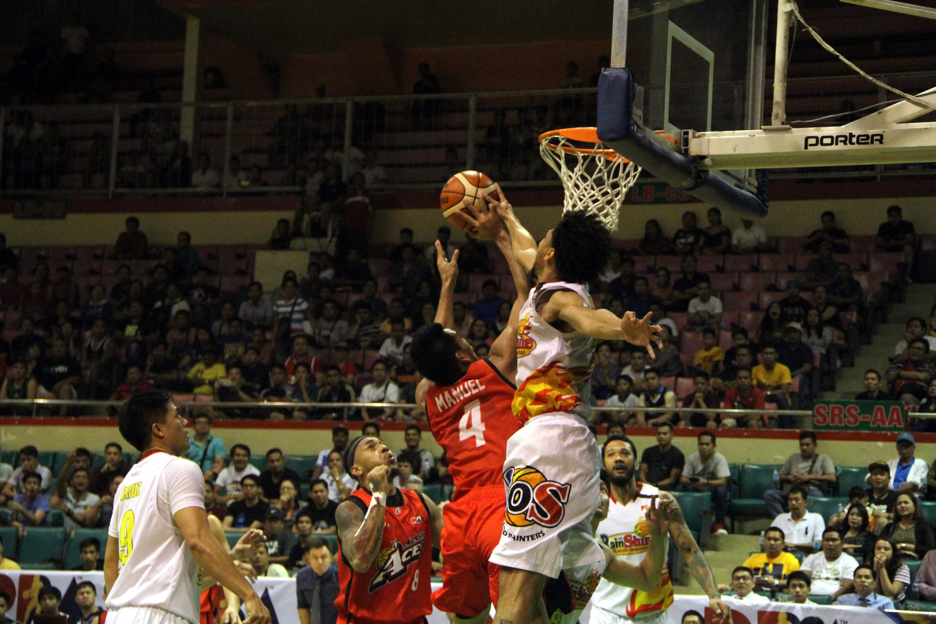 Alaska fought back late in the fourth quarter to turn back Rain or Shine, 94-89, in the final game of the PBA Philippine Cup elimination round at the Cuneta Astrodome on Wednesday night (Pictured). (Photo: Philippine News Agency)