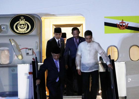 President Rodrigo Duterte on Thursday welcomed Brunei Sultan Hassanal Bolkiah Mu'izzadin Waddaulah in Malacañang for a bilateral meeting ahead of the 30th Association of Southeast Asian Nations (ASEAN) Summit and Related Meetings. (PNA photo)