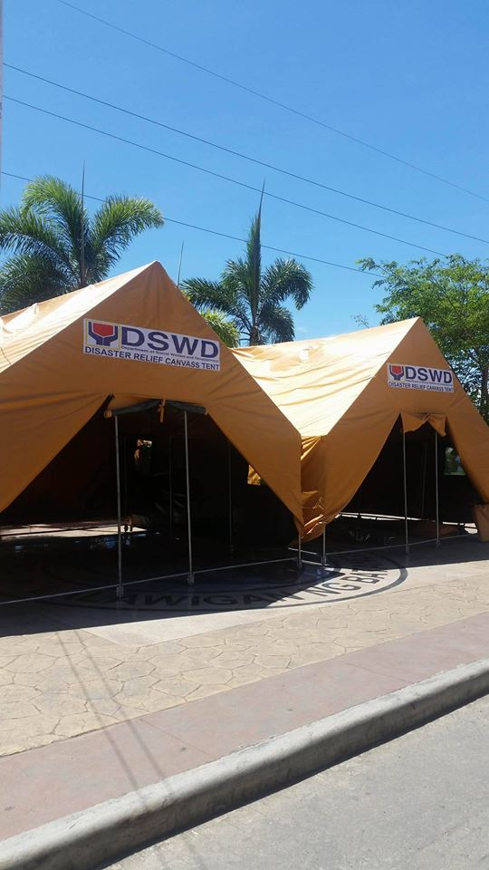 DSWD Secretary Judy M. Taguiwalo said that the assistance includes 30 tents for residents of Mabini, 600 blankets, 400 bottled water Tingloy 15 tents, 200 blankets, 100 bottled water; 20 hospital 20 tents, 5,000 ready-to-eat arroz caldo packs and 10,000 bottles of energy drinks. (Photo: DSWD Sec. Judy M. Taguiwalo/ Facebook)