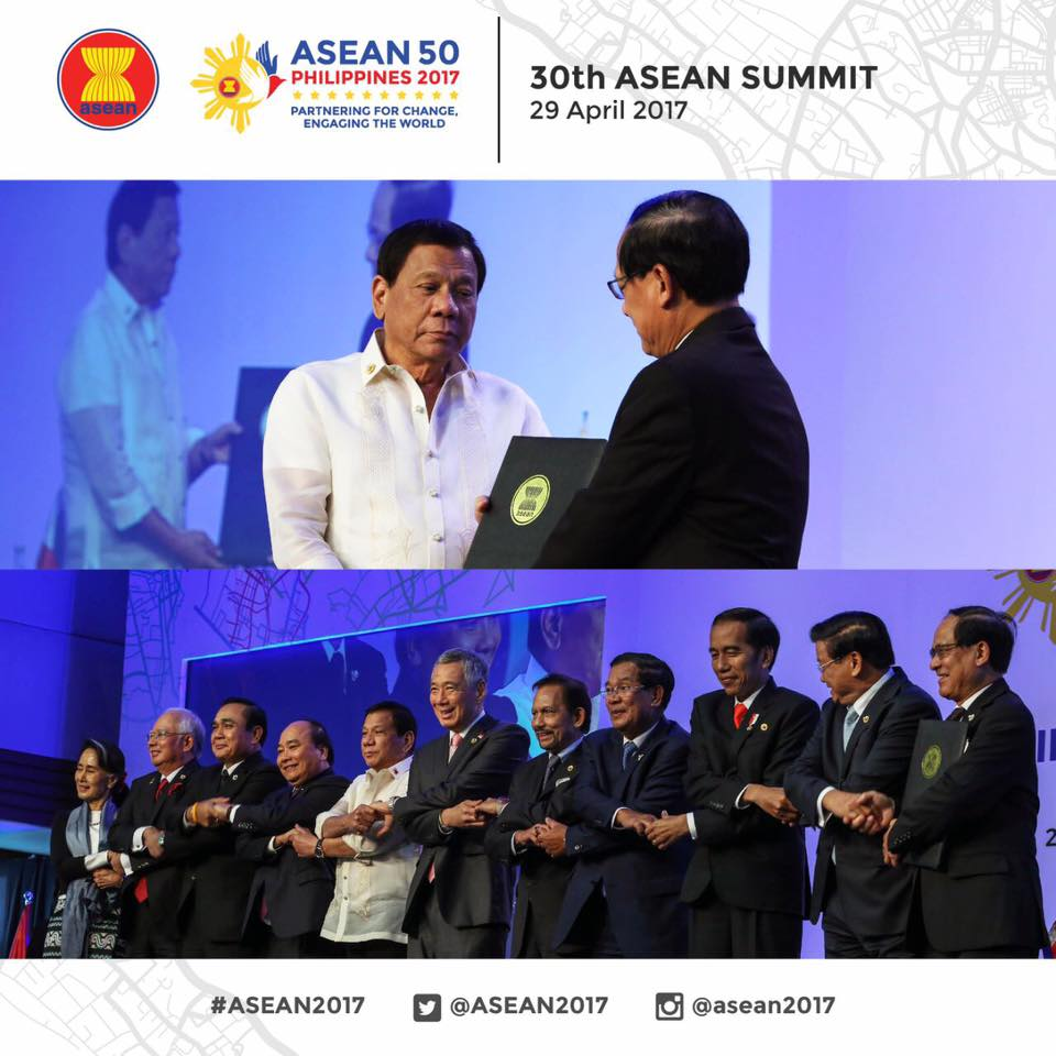 ASEAN member-states on Saturday signed an ASEAN pact on the Role of the Civil Service as Catalyst in Achieving ASEAN Community Vision 2015, a Philippine initiative and the only declaration signed during the country's hosting of the 30th ASEAN Summit. (Photo: ASEAN 2017/ Facebook)
