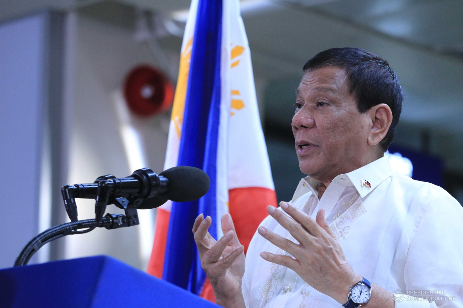 """I have a one million offer per person ako. Tip lang ibigay mo sa pulis pati military, no questions asked, do not even give your name, sabi mo lang kung saan sila at gobyerno na ang bahala,"" President Duterte told reporters in a chance interview in Tagbilaran, Bohol following a security briefing on the upcoming Association of Southeast Asian Nations (ASEAN) Summit. (Photo: ACE MORANDANTE/Presidential Photo)"