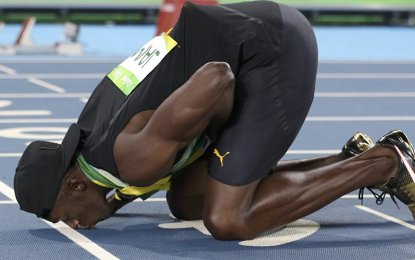 Bolt said before the race, that he had been feeling pain. The sprinter pulled up and fell to the ground at the final leg of the relay carried out late on Saturday. (PNA Photo)