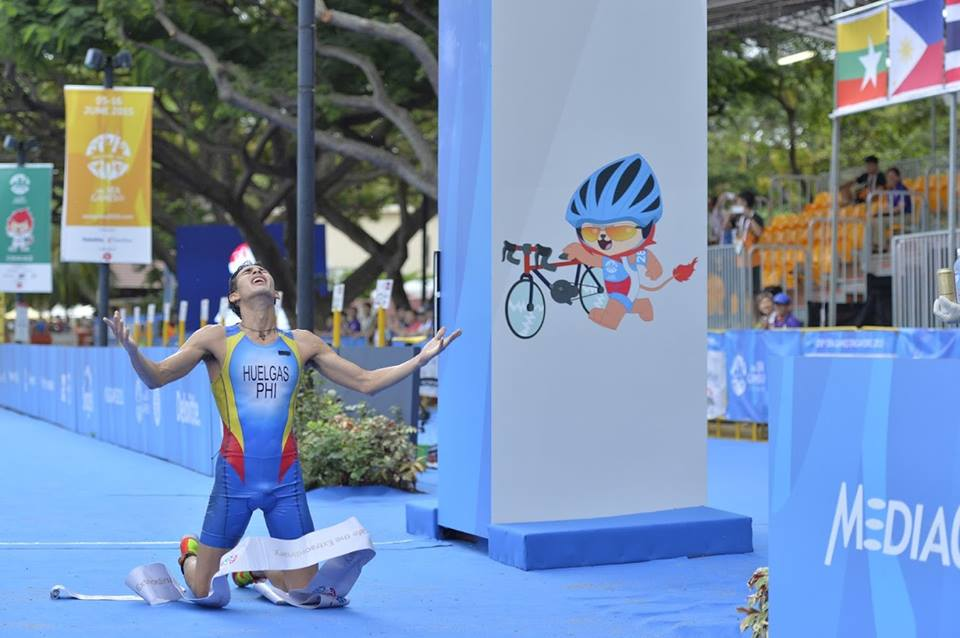 Nikko Bryan Huelgas defended the men's title while Marion Kim Mangrobang ruled the women's division in the swim-bike-run competition held at the Water Sports Centre in Putrajaya. (Photo by Hutomo via SG SPORTS TV/FACEBOOK))