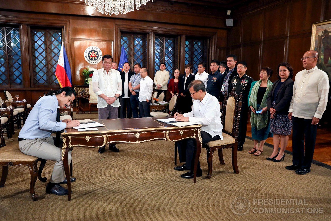 President Rodrigo Roa Duterte witnesses the signing of the deed of donation between actor Robin Padilla and Social Welfare Undersecretary Emmanuel Leyco in Malacañan Palace on August 16, 2017. The P5-million donation is intended for the immediate psychosocial intervention for the children affected by the armed conflict in Marawi City. Joining Padilla are Fisheries Development Authority general manager Atty. Glen A. Pangapalan, Frabelle Foods Corp. President Francisco Tiu Laurel Jr., and Rommel C. Padilla. Meanwhile, accompanying the recipient are National Defense Secretary Delfin Lorenzana, Trade Secretary Ramon Lopez, DSWD ASec. Rodolfo Santos, and Armed Forces of the Philippines chief-of-staff General Eduardo M. Año, among others. (ROBINSON NIÑAL JR./PRESIDENTIAL PHOTO)