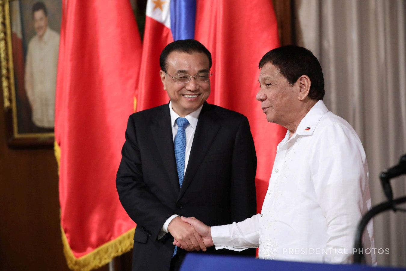 President Rodrigo Roa Duterte and People's Republic of China State Council Premier Li Keqiang share a light moment after they make their joint press statement following the signing ceremony of various memorandum of understanding (MOUs) in Malacañan Palace on November 15, 2017. ROBINSON NIÑAL JR./PRESIDENTIAL PHOTO