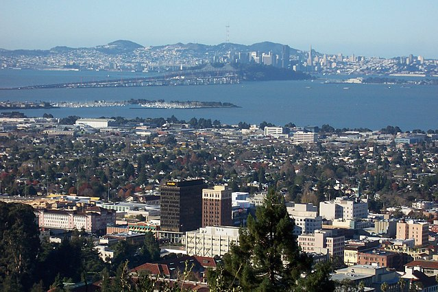 Downtown Berkeley viewed from the Berkeley Hills, with San Francisco in the background (Photo By User:Introvert - Own work, CC BY-SA 2.5)