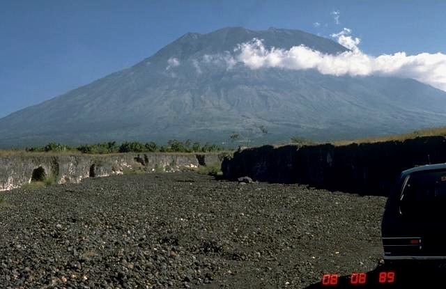 Mount Agung in 1989 (Photo by Wikimedia Commons, Public Domain)