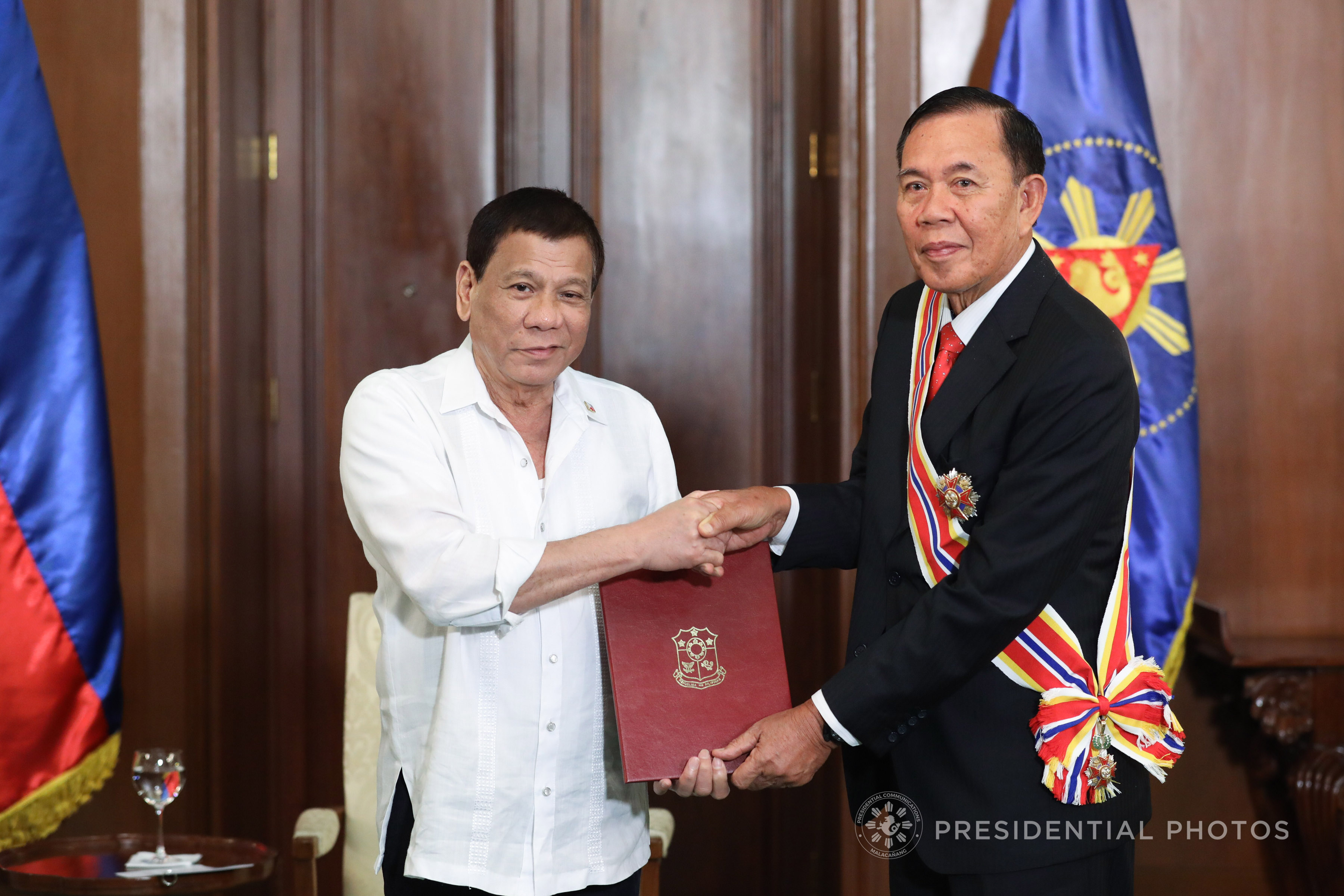 President Rodrigo Roa Duterte confers the Order of Sikatuna with the rank of Datu on outgoing Indonesian Ambassador to the Philippines Johny Lumintang who paid a farewell call on the President at the Malacañan Palace on November 23, 2017. (Photo by Rey Baniquet/Presidential Photo)