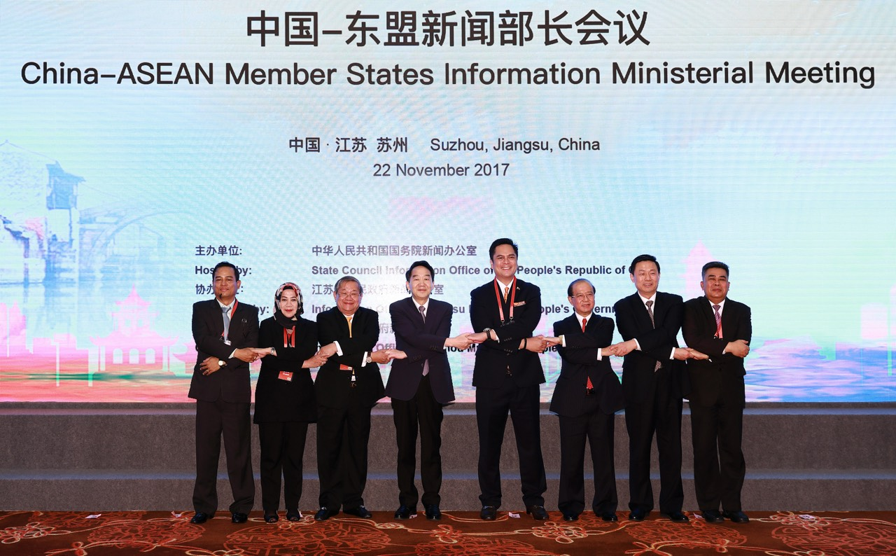PCOO Secretary Martin Andanar (5th from left) poses in a ceremonial ASEAN handshake with high-ranking government press officials from China and ASEAN member states. (PNA photo)