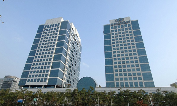 The current headquarters of the Hyundai Motor Corporation (right), opened in 2000 at the Hyundai Motor Group Complex. (Photo By GadgetsGuy / Wikimedia Commons, CC BY-SA 3.0)