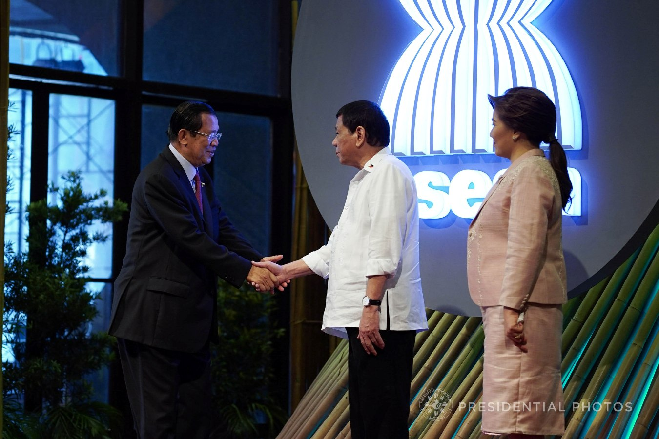 President Rodrigo Roa Duterte and his partner Honeylet welcome Cambodia Prime Minister Hun Sen to the opening of the 31st Association of Southeast Asian Nations (ASEAN) Summit and Related Summits at the Cultural Center of the Philippines in Pasay City on November 13, 2017. KING RODRIGUEZ/PRESIDENTIAL PHOTO