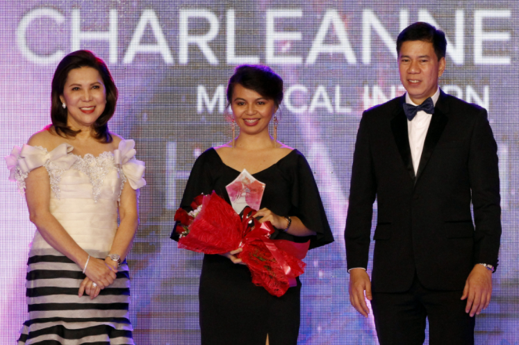 """WOMEN OF SIGNIFICANCE. Department of Tourism (DOT) Secretary Wanda Corazon T. Teo (left) and Tourism Undersecretary Benito C. Bengzon Jr. (right) honor Charleanne Jandic (center), one of eight women recognized for making a positive impact to society at the """"Women of Significance"""" gala held at Sofitel Tent, Pasay City on Dec. 9. Jandic is a post-graduate medical intern who attended to a woman whose arm was severed in an accident in an MRT station last November 13. (PNA photo by Jess M. Escaros Jr.)"""
