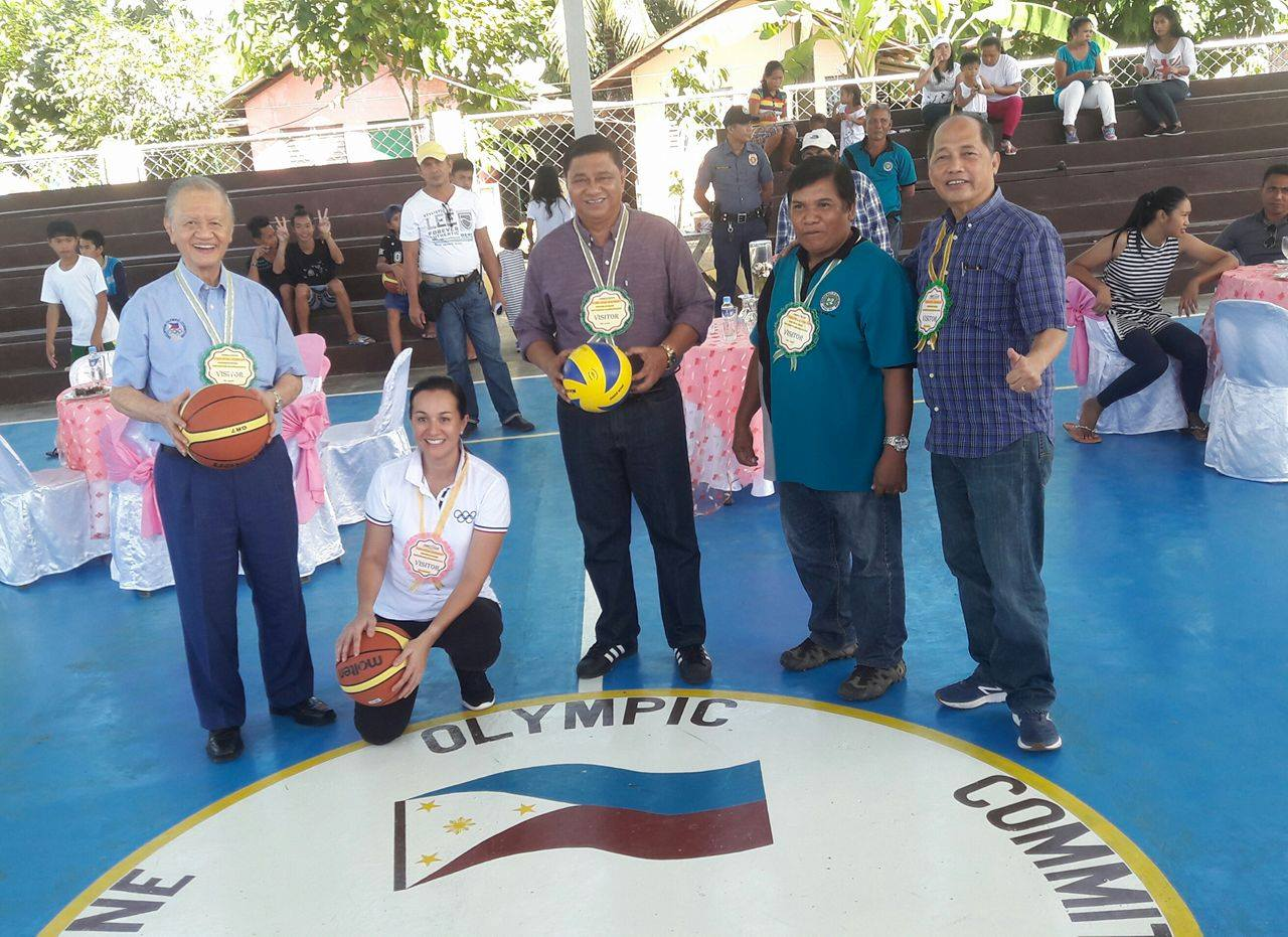 Philippine Olympic Committee president Jose Cojuangco Jr. (left), IOC representative Mikee Cojuangco-Jaworski (second from left), and POC project director Tom Carrasco (right) visit one of the multi-purpose activity centers in Leyte on Wednesday (December 6, 2017). (Photo by Judith Caringal/PNA)