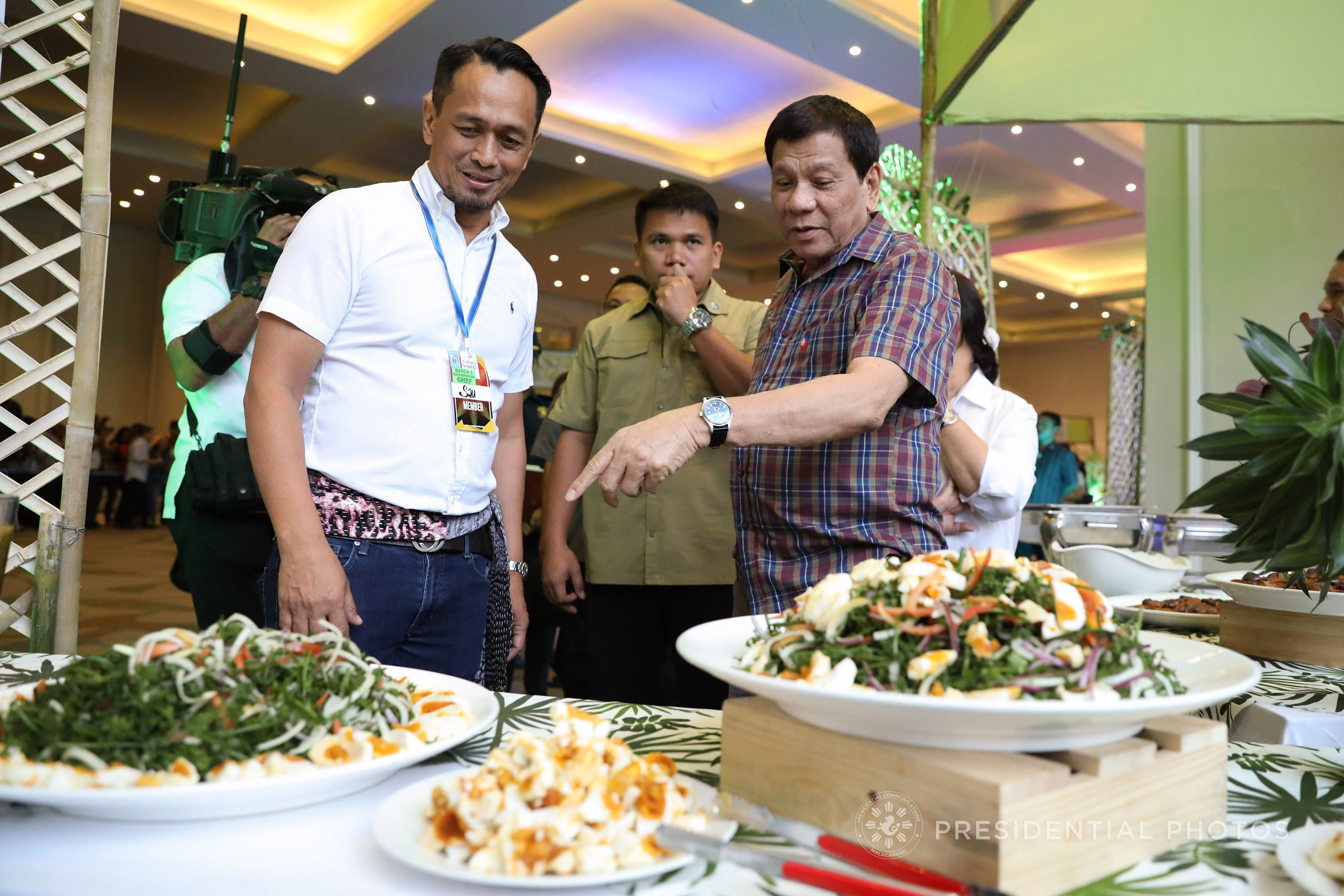 President Rodrigo Roa Duterte visits one of the food kiosks showcasing authentic Kapampangan cuisine during the Kapampangan Food Festival held at the ASEAN Convention Center in Clark, Pampanga on December 7, 2017. (Photo by Rolando Mailo/Presidential Photo)