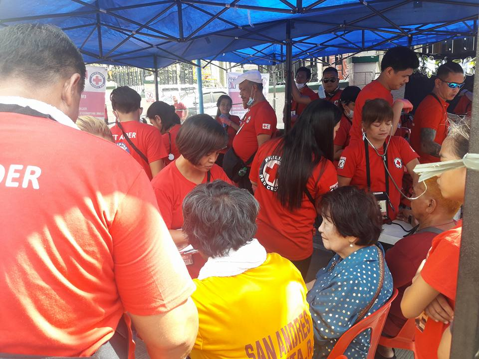 TRASLACION 2018. Philippine Red Cross volunteers assist devotees of the Black Nazarene in their medical station near the Sta. Cruz Church in Sta. Cruz, Manila on Tuesday (January 9, 2018). The PRC helped 1,906 people during the annual procession, mostly cases of high blood pressure. (Photo by Leilani S. Junio)