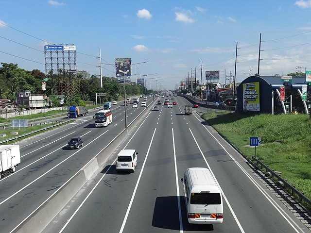 The Santa Ines-bound NLEX, just north of Paso de Blas, Valenzuela (Photo By Patrickroque01 at English Wikipedia, CC BY-SA 4.0)