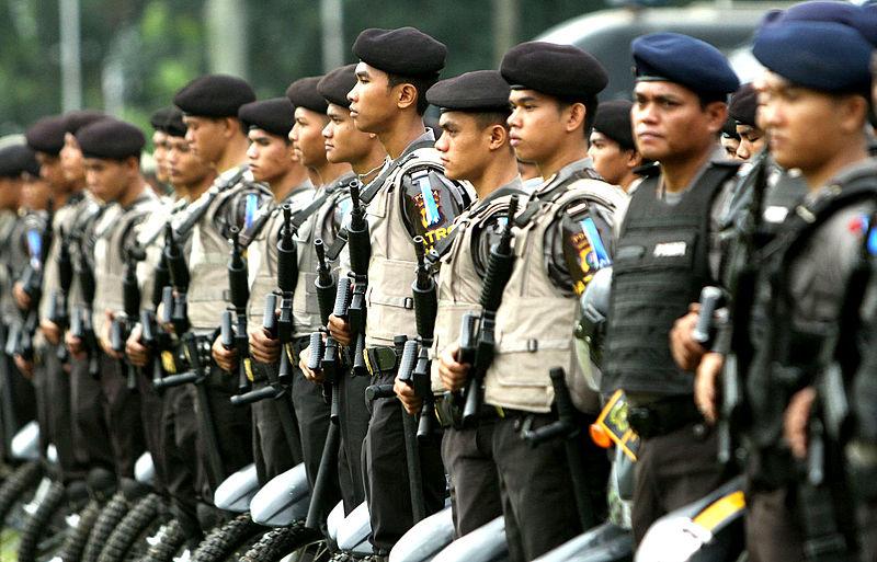 Indonesian armed Police officers and personnel line-up in Jakarta (Photo By Kepolisian Negara Republik Indonesia - https://polri.go.id/galeri/foto2.jpg, Public Domain)