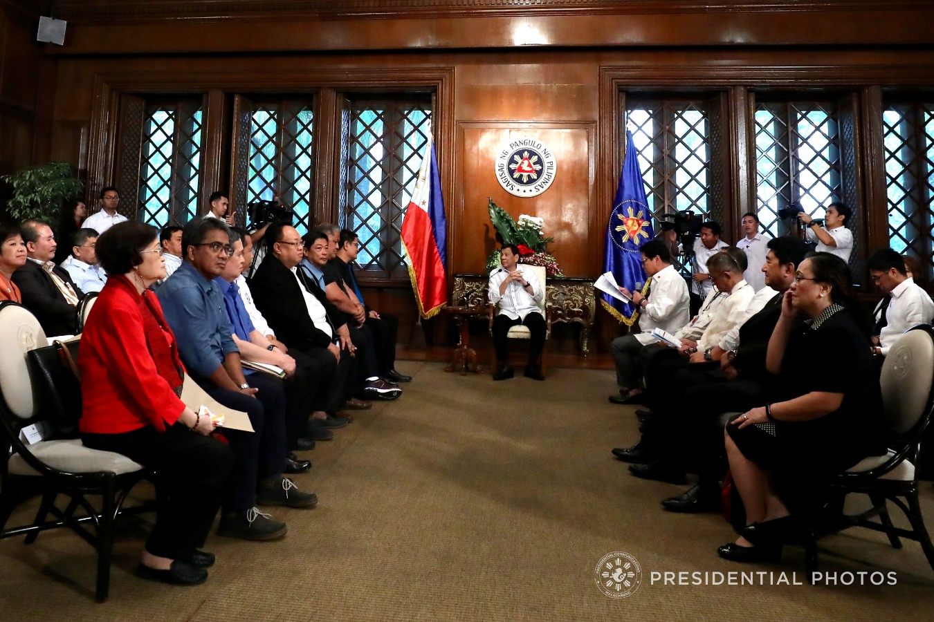 President Rodrigo Roa Duterte convenes with the various government and non-government stakeholders from the labor sector at the Malacañan Palace on February 7, 2018. Among the issues discussed include the contractualizations, wage setting, government cash subsidy, the workers' representation in Tripartite Bodies, recruitment and facilitation fees and freedom of association in economic zones. Joining the President is Labor and Employment Secretary Silvestre Bello III. RICHARD MADELO/PRESIDENTIAL PHOTO