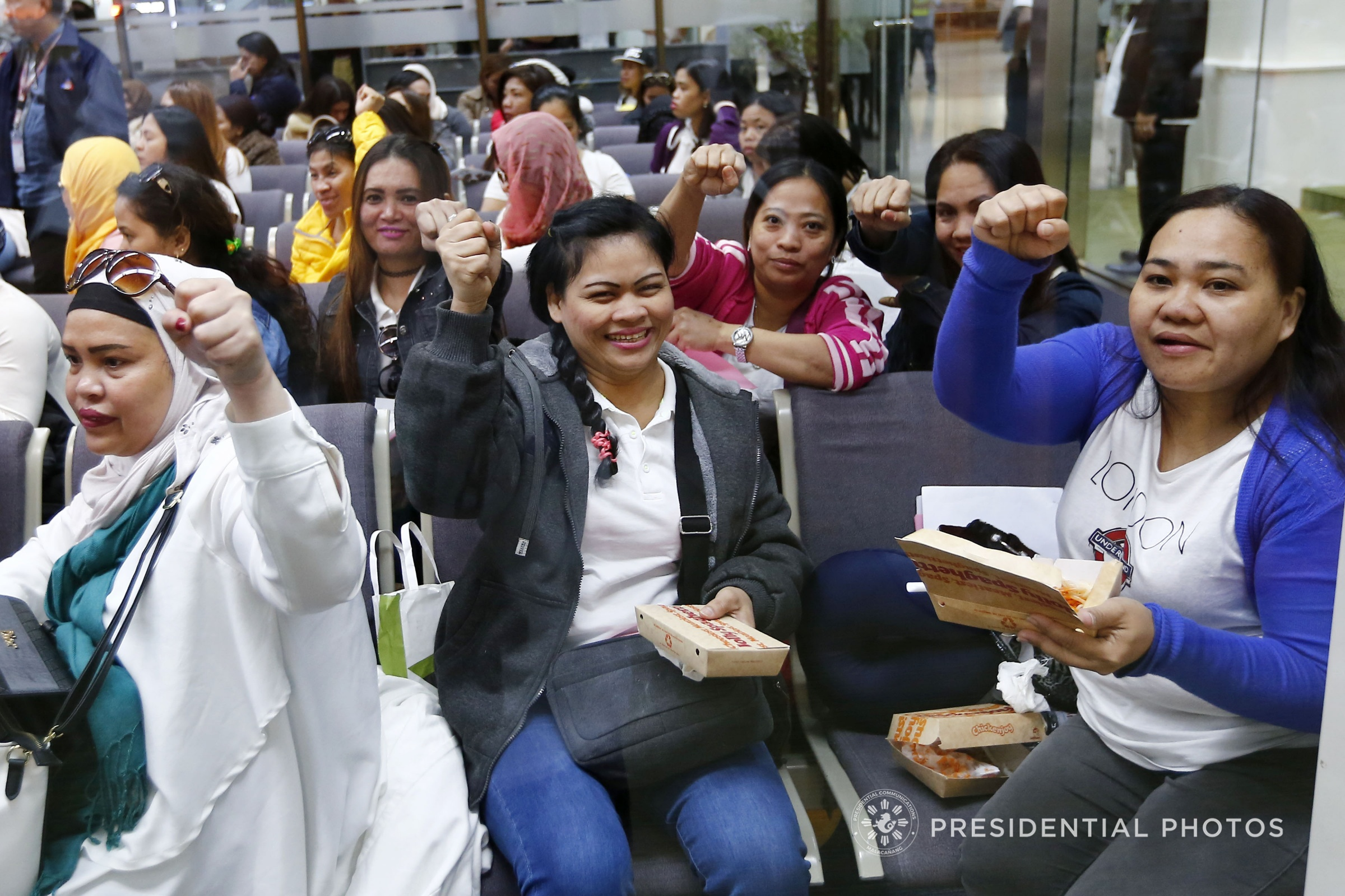 REPATRIATED OFWs. Overseas Filipino Worker (OFW) amnesty availees from Kuwait strike President Rodrigo R. Duterte's signature pose as they return to the country. Duterte welcomed the returning OFWs at the Ninoy Aquino International Airport in Pasay City on Feb. 12, 2018. (Alfred Frias/Presidential Photo)